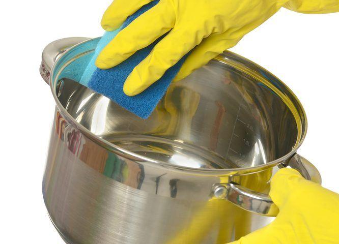 Cómo limpiar una olla quemada con agua y sal Trucos de