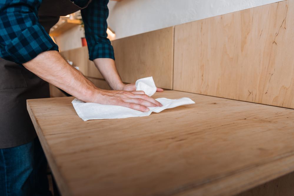 cómo limpiar madera laqueada