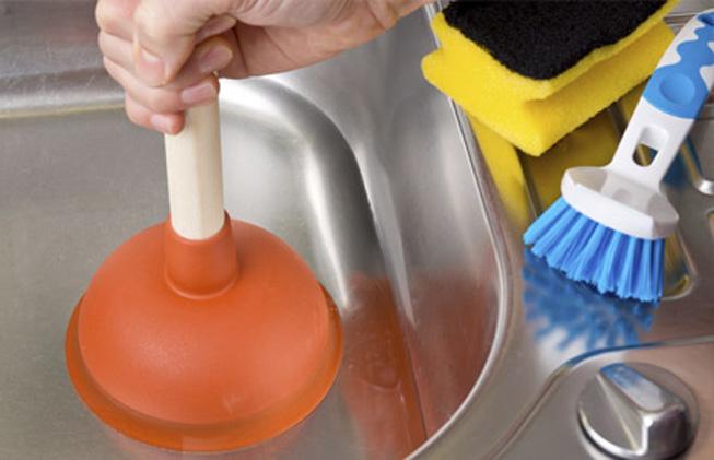cómo desatascar el fregadero
