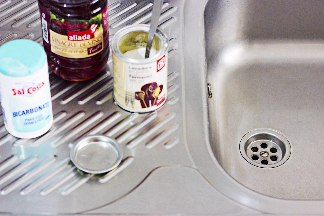 Cómo desatascar una tubería de fregadero