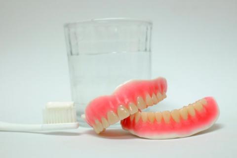 Cómo limpiar prótesis dentales