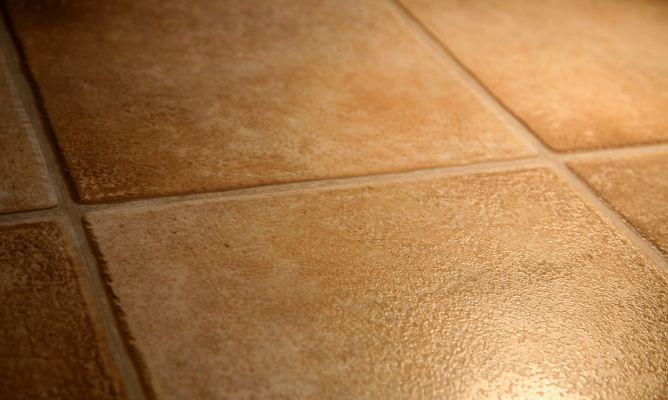 cómo limpiar un suelo poroso de interior
