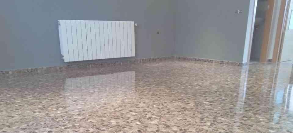 Fregar suelo terrazo