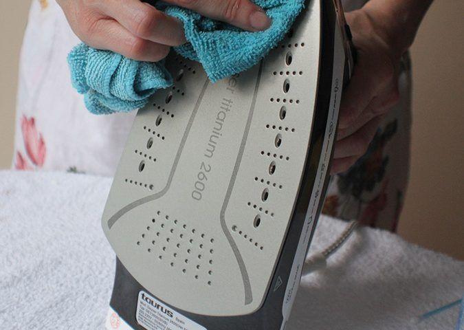 Cómo limpiar la suela de la plancha