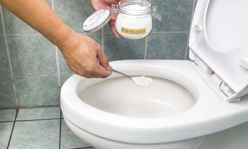 Cómo limpiar el fondo del inodoro