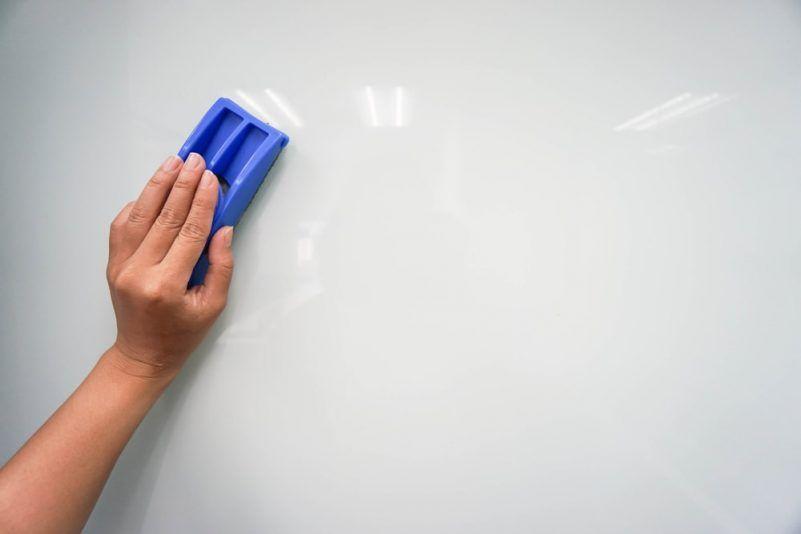 Cómo limpiar pizarra blanca