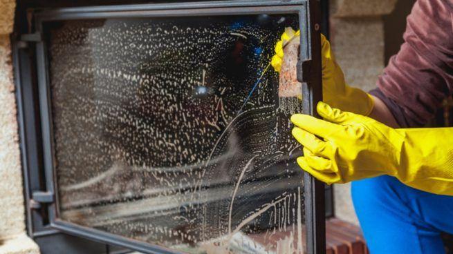 Cómo limpiar cristales de chimenea